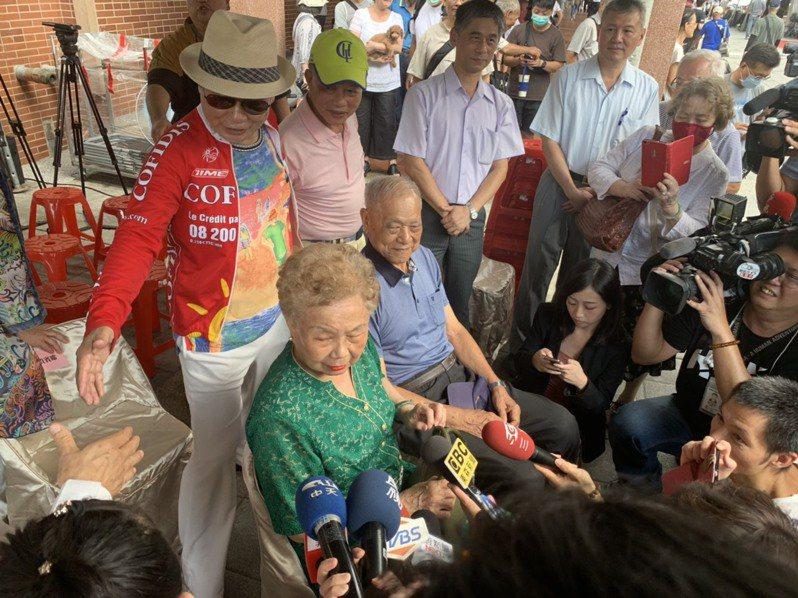 柯媽、柯爸今天出席經濟部中企處輔導寧夏夜市商圈婚紗活動。記者趙宥寧/攝影