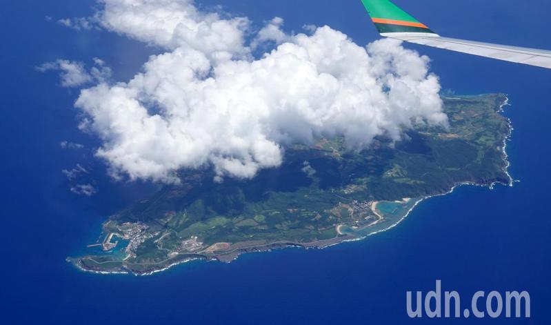 長榮航空在父親節飛行BR5288(我愛爸爸)類出國專案航班,班機特別飛行到與那國島上空繞行一圈。記者鄭超文/攝影