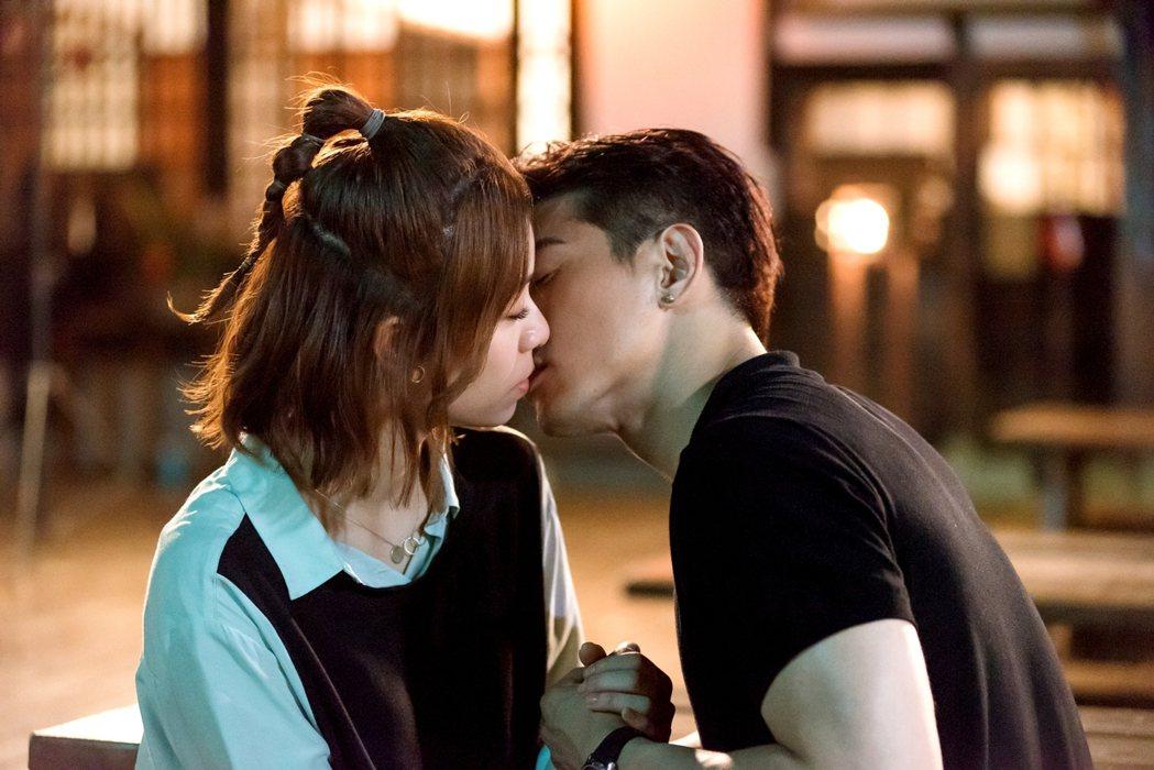 本周「浪漫輸給你」張立昂(右)與宋芸樺有吻戲。圖/三立提供