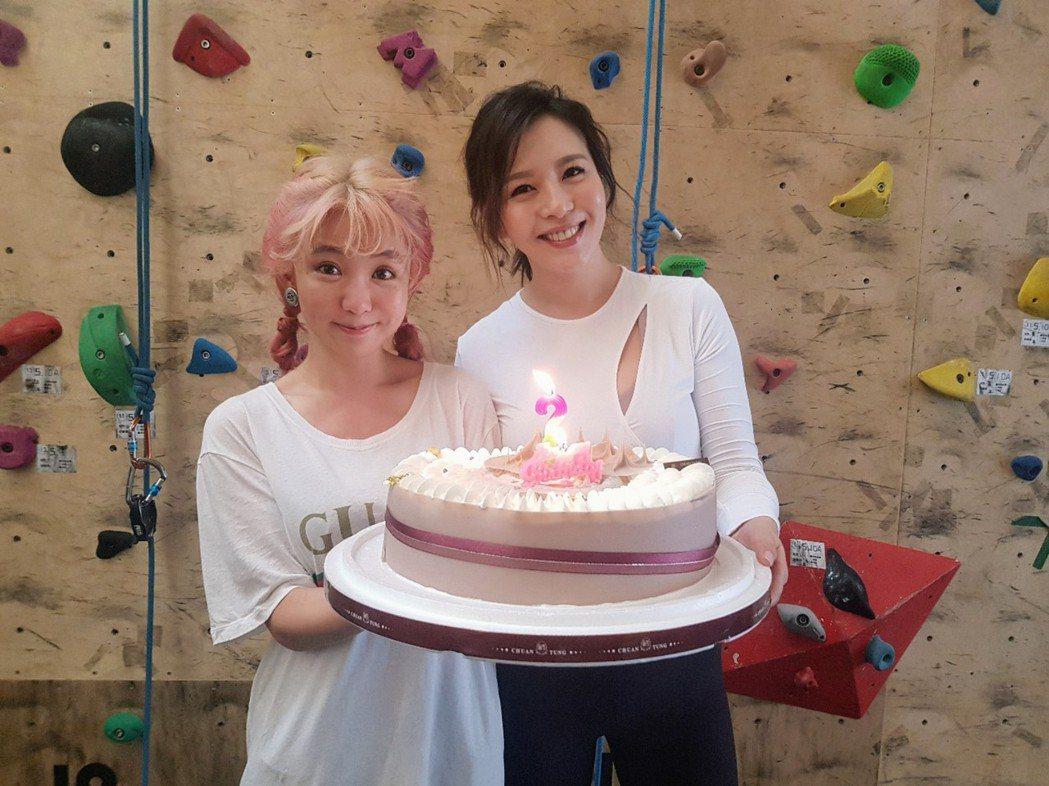 刘品言过生日,最近一起合作拍戏的郭书瑶特地送来芋头蛋糕给惊喜。 图/鸿言娱乐提供