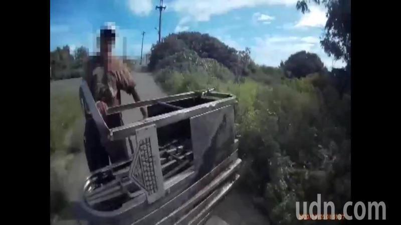 偷了學校鐵門的蔡姓男子推著笨重的鐵門頂著大太陽一路走,被警察發現逮個正著。記者蔡維斌/翻攝