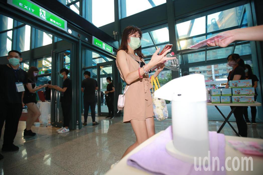 台北小巨蛋晚間舉辦演唱會,有鑒於疫情有升溫的跡象,演唱會主辦方在在門口量測體溫並...