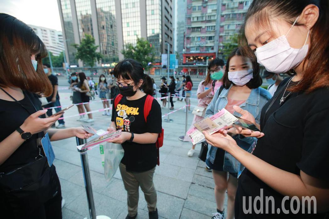 台北小巨蛋晚間舉辦演唱會,有鑒於疫情有升溫的跡象,演唱會主辦方要求觀眾進場時掃描...