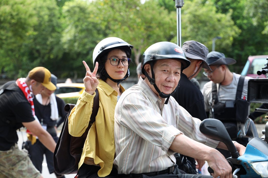 寇世勳(左)、賈靜雯在「媽,別鬧了!」劇中飾演父女。圖/草舍文化提供