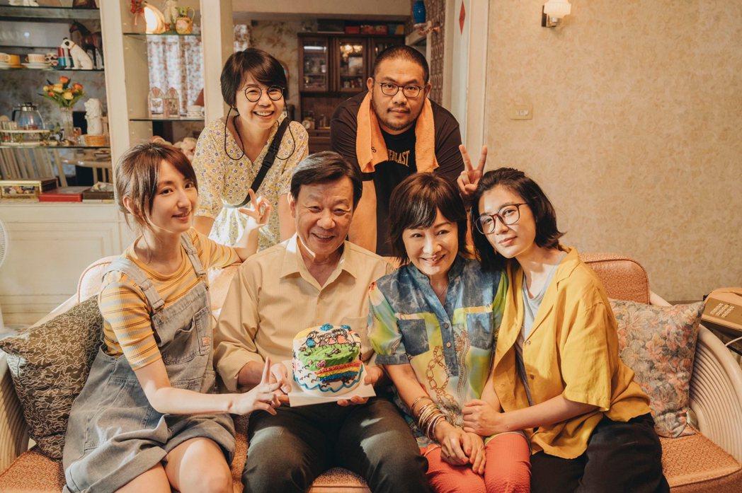 「媽,別鬧了!」劇組慶祝父親節,柯佳嬿(左起)、導演陳慧翎、寇世勳、導演李俊宏、
