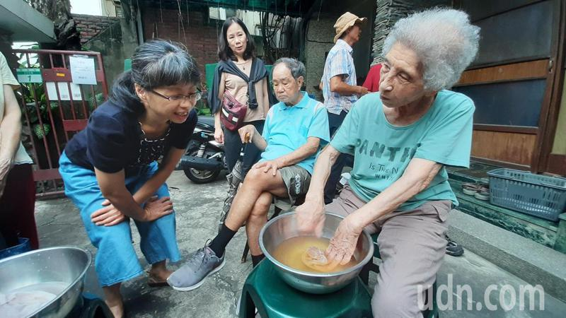 陳致曉的母親陳蔡信美(右一)在洗愛玉,父親陳割(右二)坐在一旁。記者鄭維真/攝影