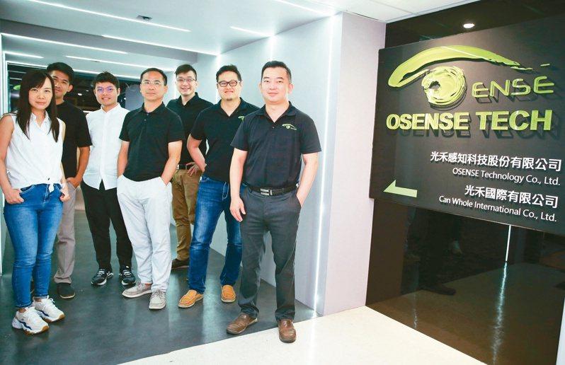 光禾感知執行長王友光(右)、營運長馮力文(右二)與團隊。記者曾學仁/攝影