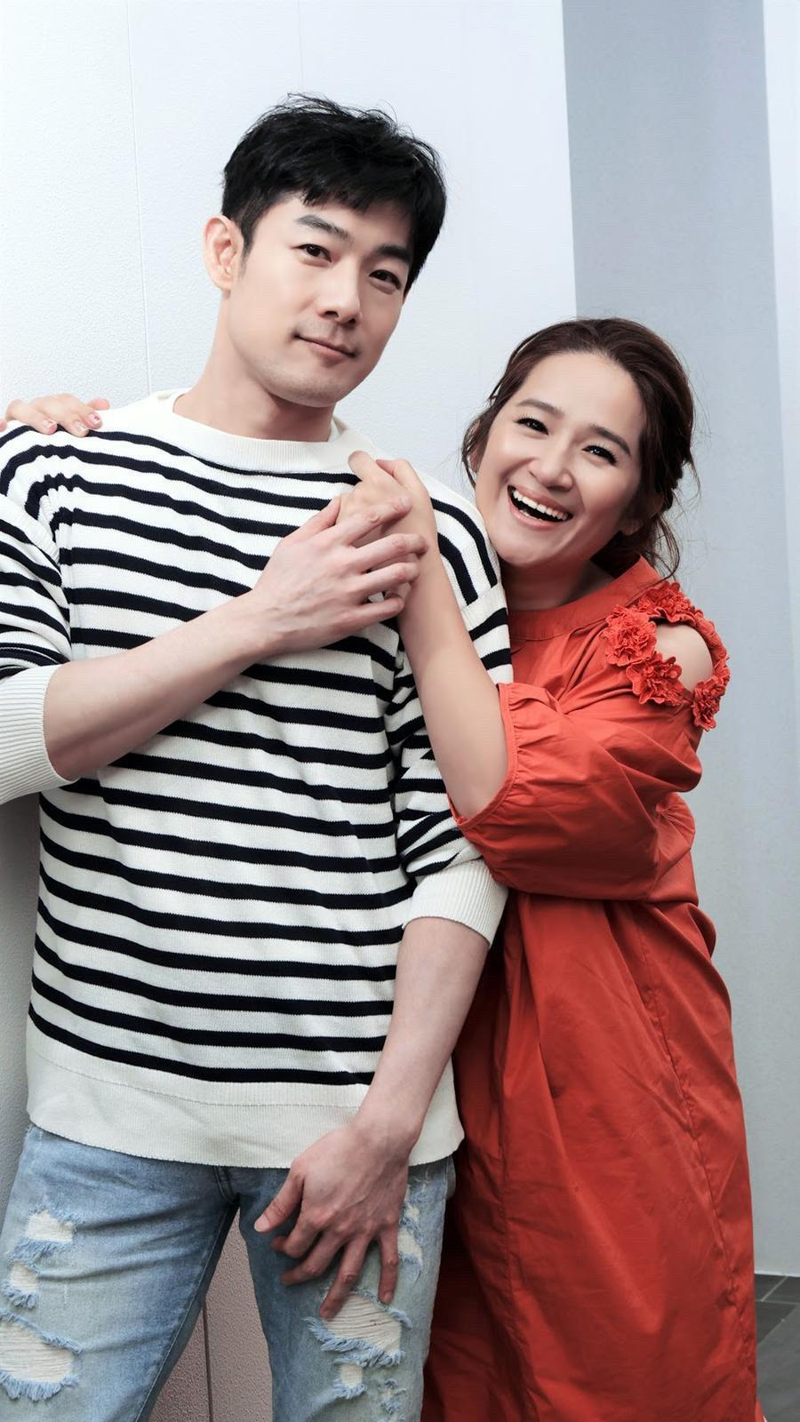 施易男(左)與羅美玲在舞台劇「大寶神珠」中飾演情侶 。圖/夢蓮花文藝基金會提供