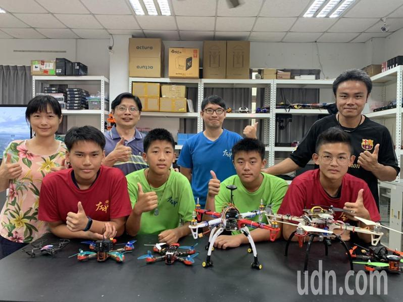 台南市左鎮國中發展無人機新科技課程,培養學生的競爭力。記者吳淑玲/攝影
