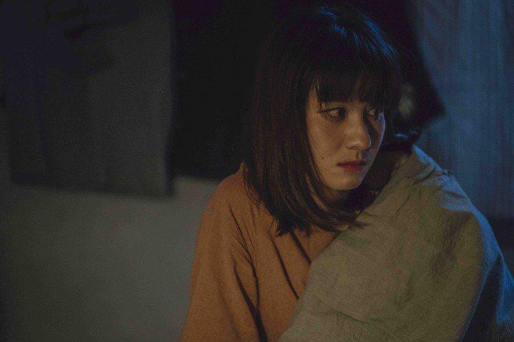 連俞涵在戲中酒醒後,發現自己在施名帥家中。圖/LINE TV提供