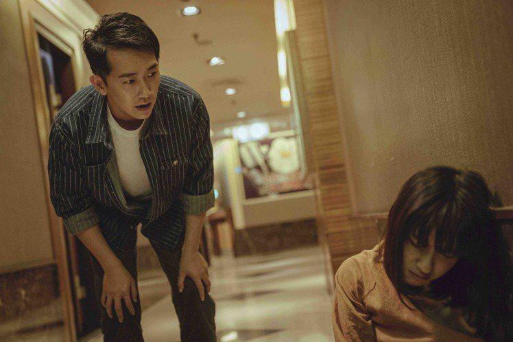 連俞涵在「黑喵知情」戲中酒醉倒臥KTV,被施名帥發現帶回家照顧。圖/LINE T...
