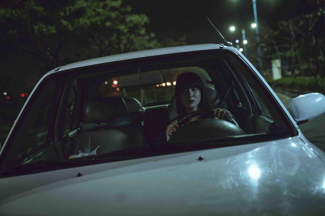連俞涵在「黑喵知情」戲中親自上陣拍車禍戲。圖/LINE TV提供