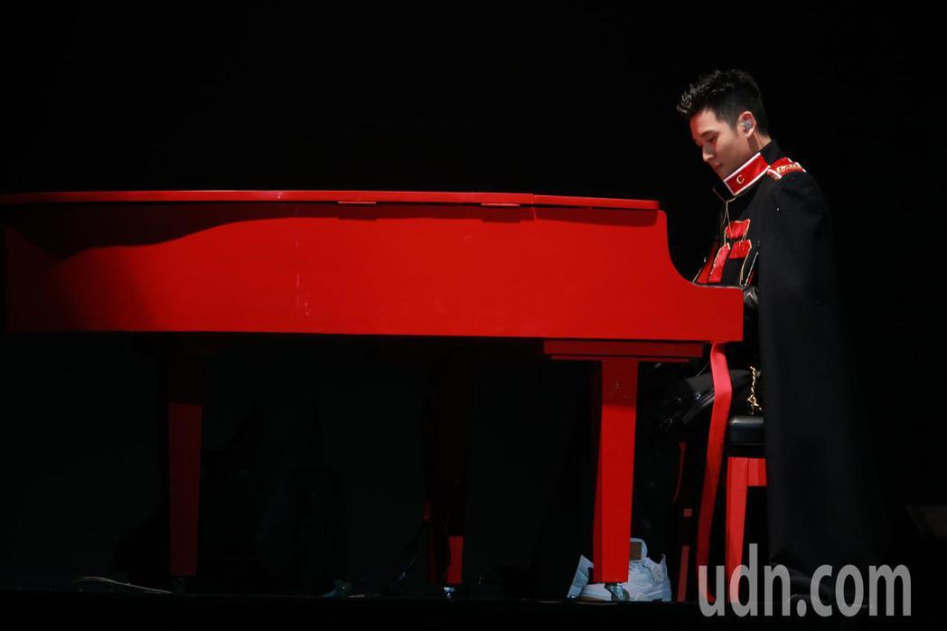 歌手周興哲晚間在台北小巨蛋舉辦演唱會,他以一襲披風彈奏全紅鋼琴登場。記者許正宏/...