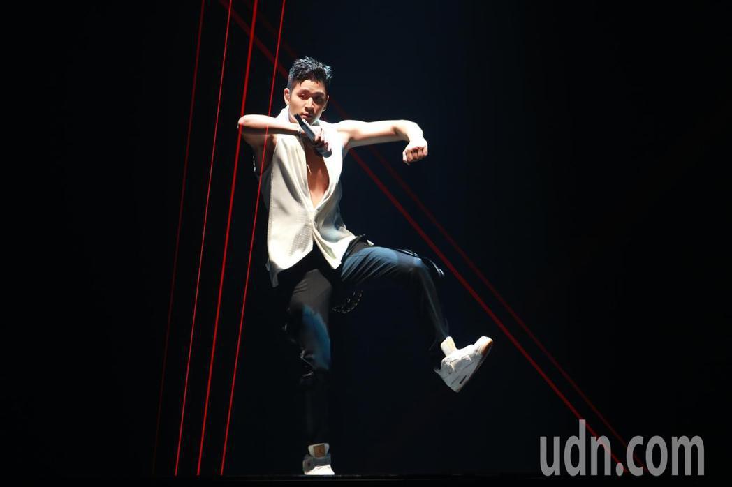歌手周興哲晚間在台北小巨蛋舉辦演唱會,一連帶來26首歌曲,以各種不同的風格演唱,...