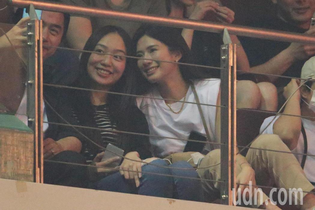 歌手周興哲晚間在台北小巨蛋舉辦演唱會,主播女友趙岱新(右)現身包廂相挺。記者許正...