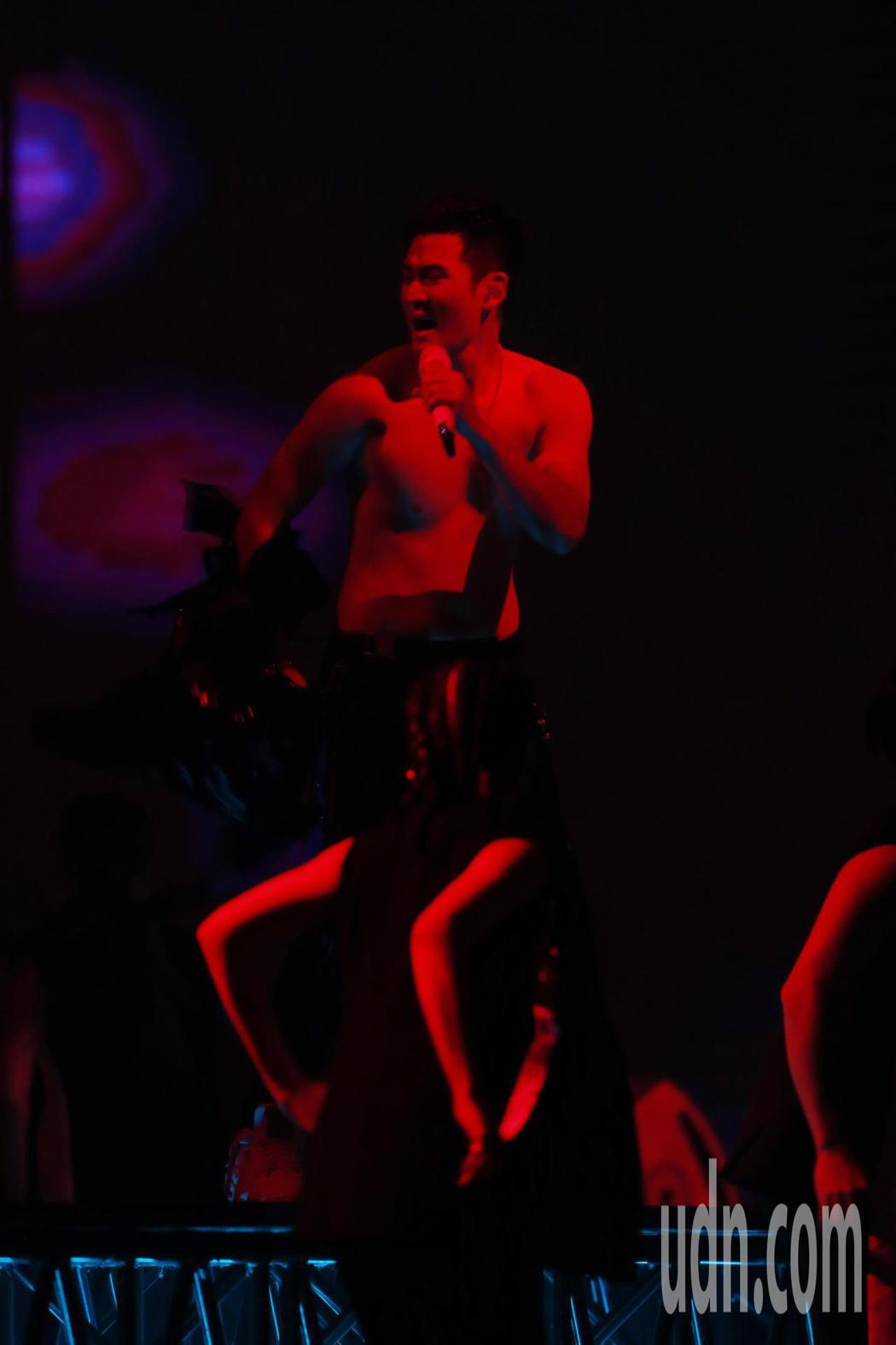 歌手周興哲晚間在台北小巨蛋舉辦演唱會,第三首歌曲唱到一半他突然脫掉上衣,展現數月...