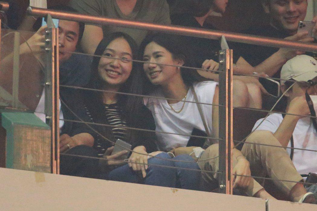 周興哲女友趙岱新(右)也於包廂觀看。記者許正宏/攝影