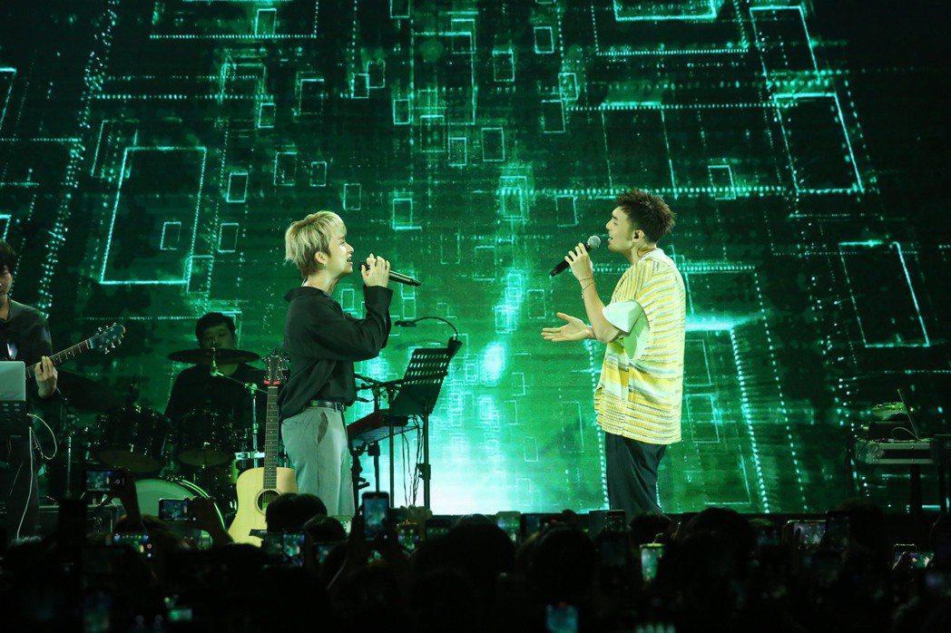 黃偉晉(右)與邱鋒澤首次同台合唱合作歌曲。圖/愛貝克思提供