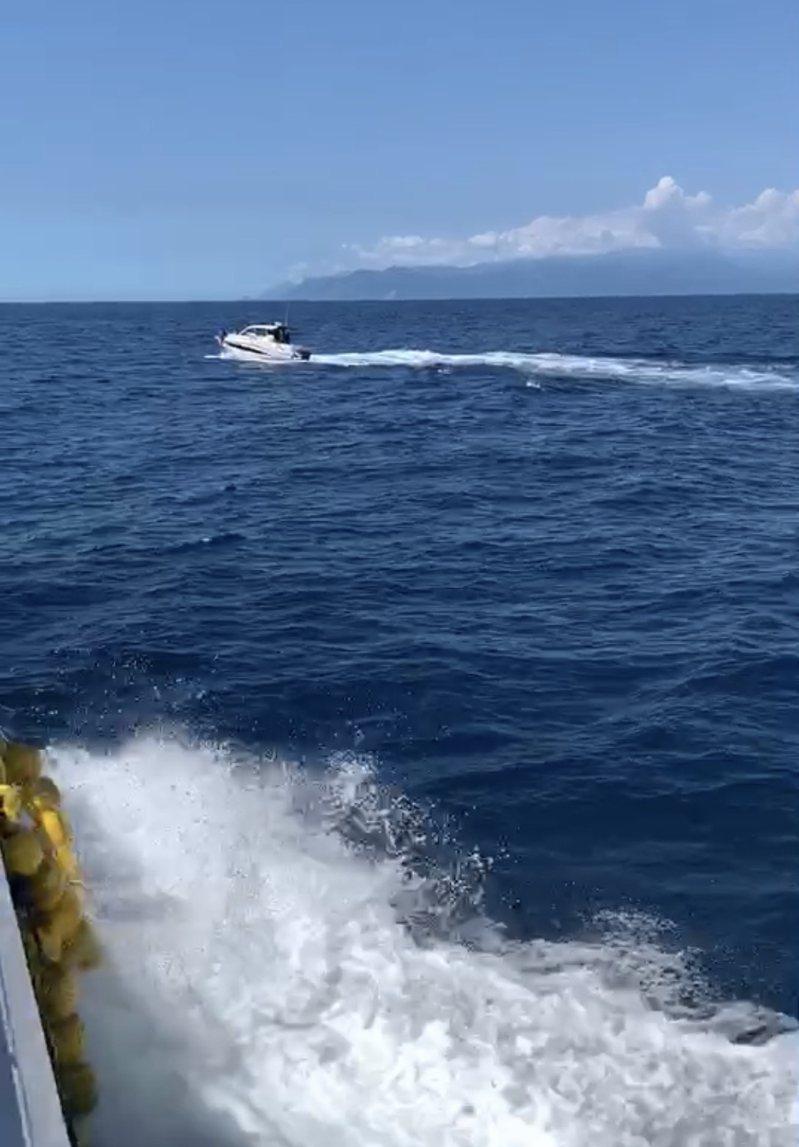宜蘭縣龜山島海域近日接連出現外來快艇疑似高速追逐、驚擾鯨豚,縣府將調查。記者王燕華/翻攝