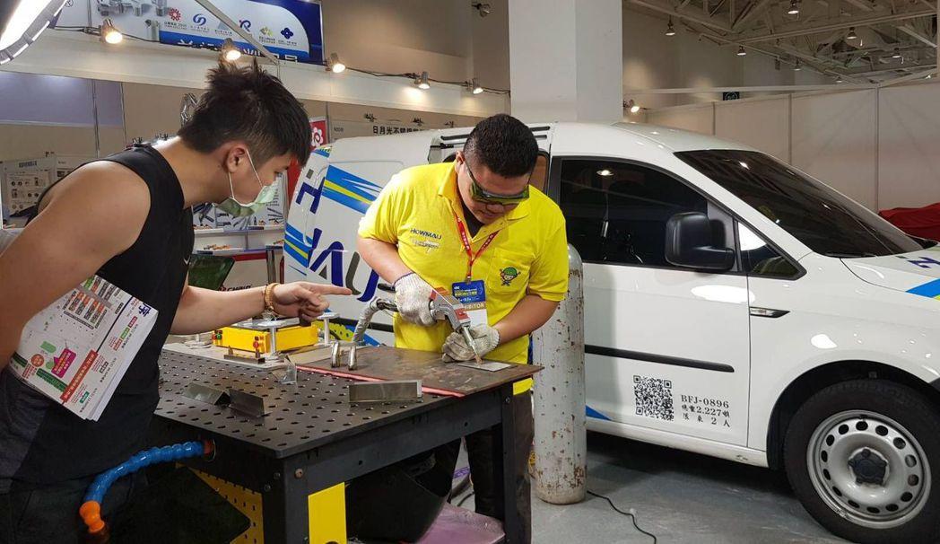 皓茂雷射在北館N2062號攤位,展現雷射焊接服務車及手持雷射焊接槍,提供參觀民眾...