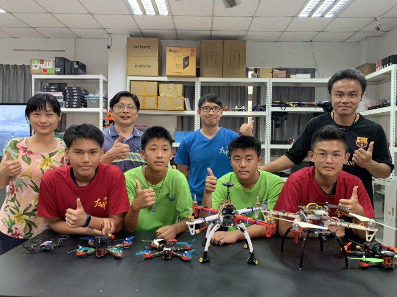 台南市左鎮國中發展無人機校定課程,搭配戶外單車及登山等,成為學校特色。記者吳淑玲/攝影