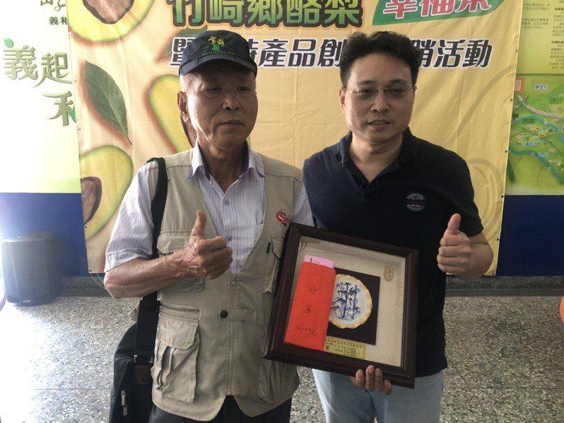 榮獲酪梨評鑑冠軍的老農陳永昌(左)宣布萬元獎金捐弱勢團體,兒子陳峰輝(右)也宣布加碼。記者魯永明/攝影