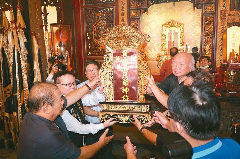2020義民祭恭迎義民爺儀式,昨天由地方人士恭迎義民爺神龕前往大隘祭典區坐鎮。 記者巫鴻瑋/攝影