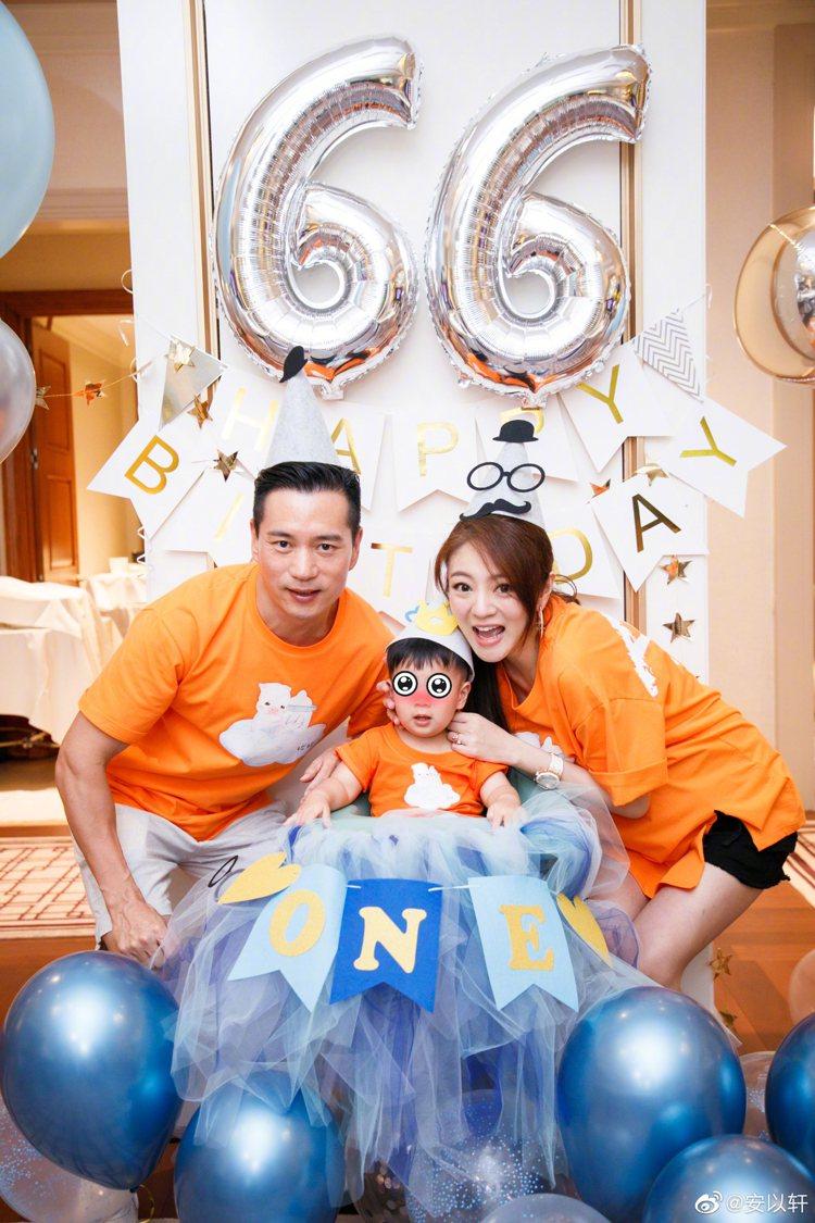 安以軒與老公為兒子慶祝一歲生日。 圖/擷自安以軒微博