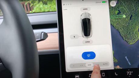 開Tesla Model 3時滑螢幕調雨刷是駕駛違規行為?德國法官:重點是駕駛分心