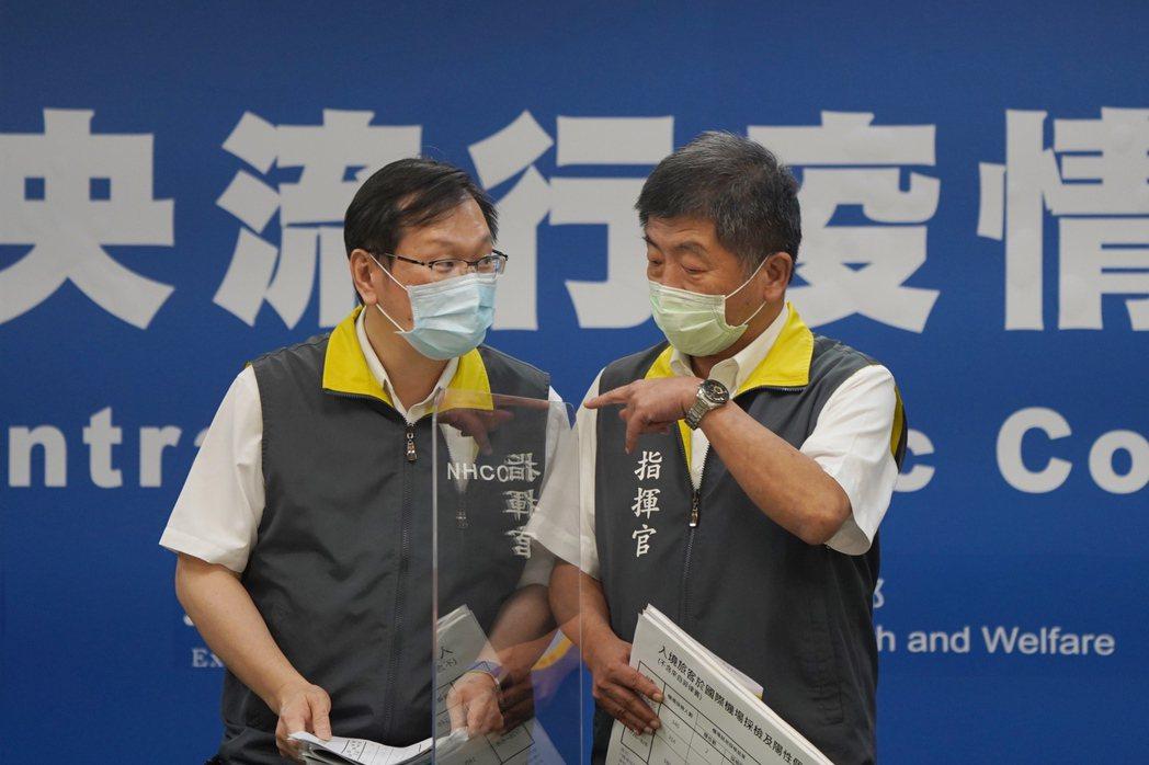 指揮官陳時中(右)表示,整團人員出境前三天已採檢確認陰性,這當然是好的,但因為新...