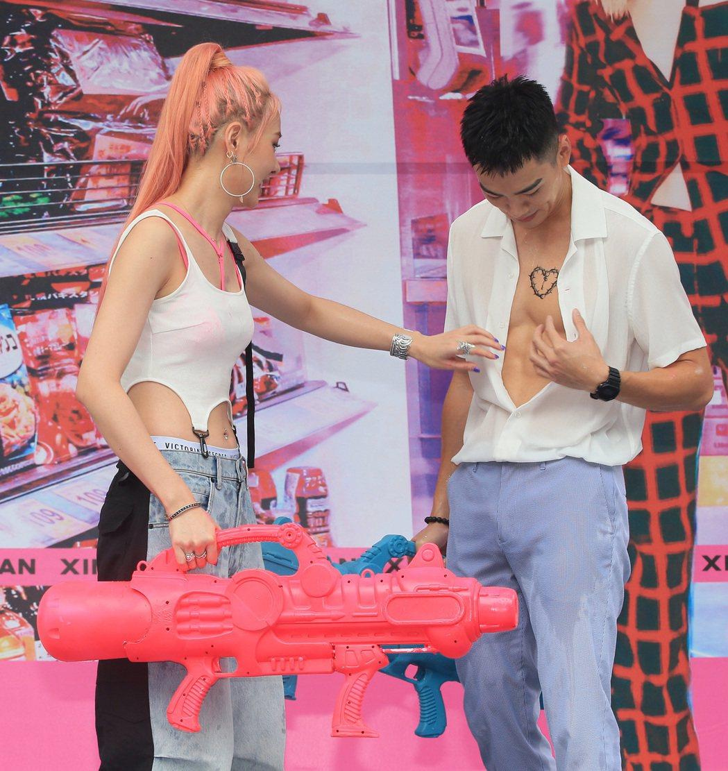 安心亞(左)舉行新專輯「愛得起」台北簽唱會,合體禾浩辰(右)造勢,兩人一起玩水槍...