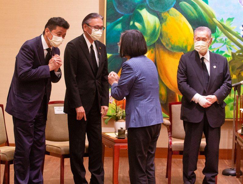 森喜朗(右一)表示,這一次原本預計安排少人數訪問,本來打算低調秘密來訪,但是消息走漏,日本朝野各個政黨都有這個計畫,就組成跨黨派弔唁團聯合來台灣向李登輝弔唁。圖/中央社