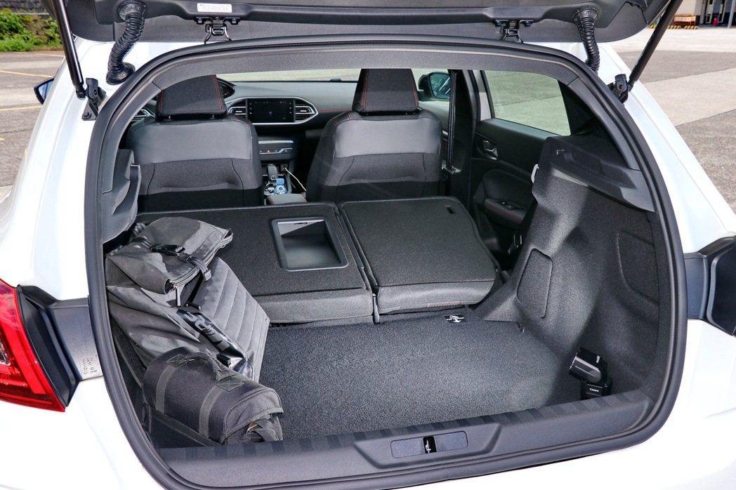 Peugeot 308 GT LINE提供不錯的後座置物空間。 記者陳威任/攝影