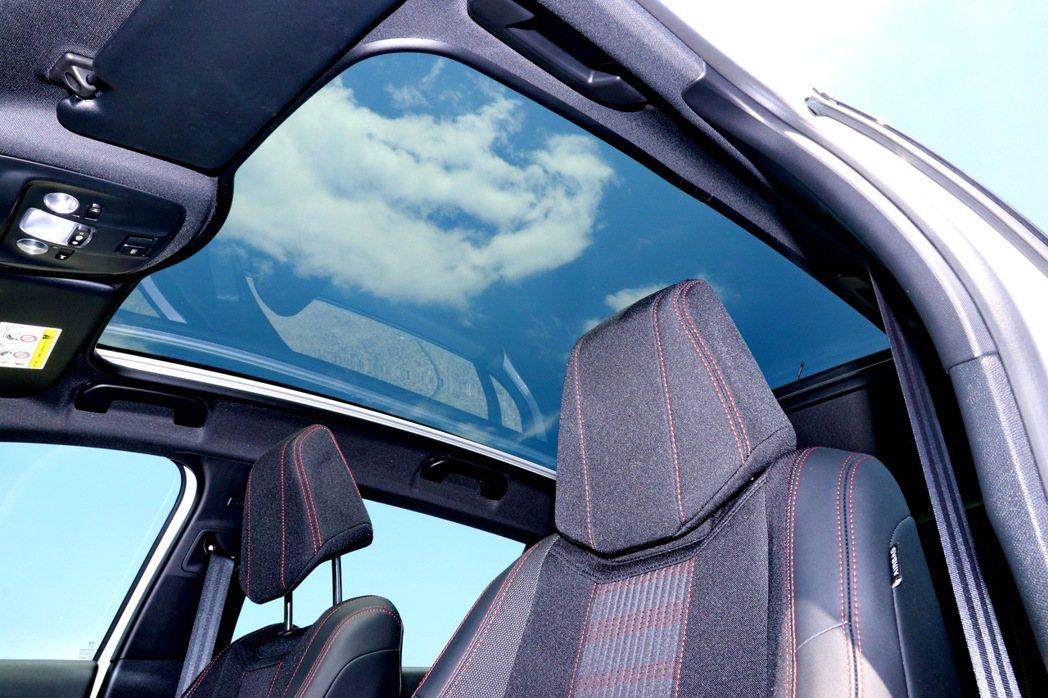 全景玻璃車頂讓人心曠神怡。 記者陳威任/攝影