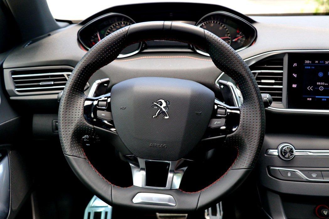 專屬賽車氣息的小盤徑方向盤。 記者陳威任/攝影