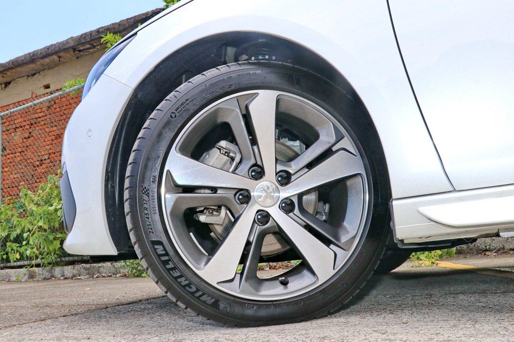 17吋雙色輪圈搭配上Michelin跑胎。 記者陳威任/攝影