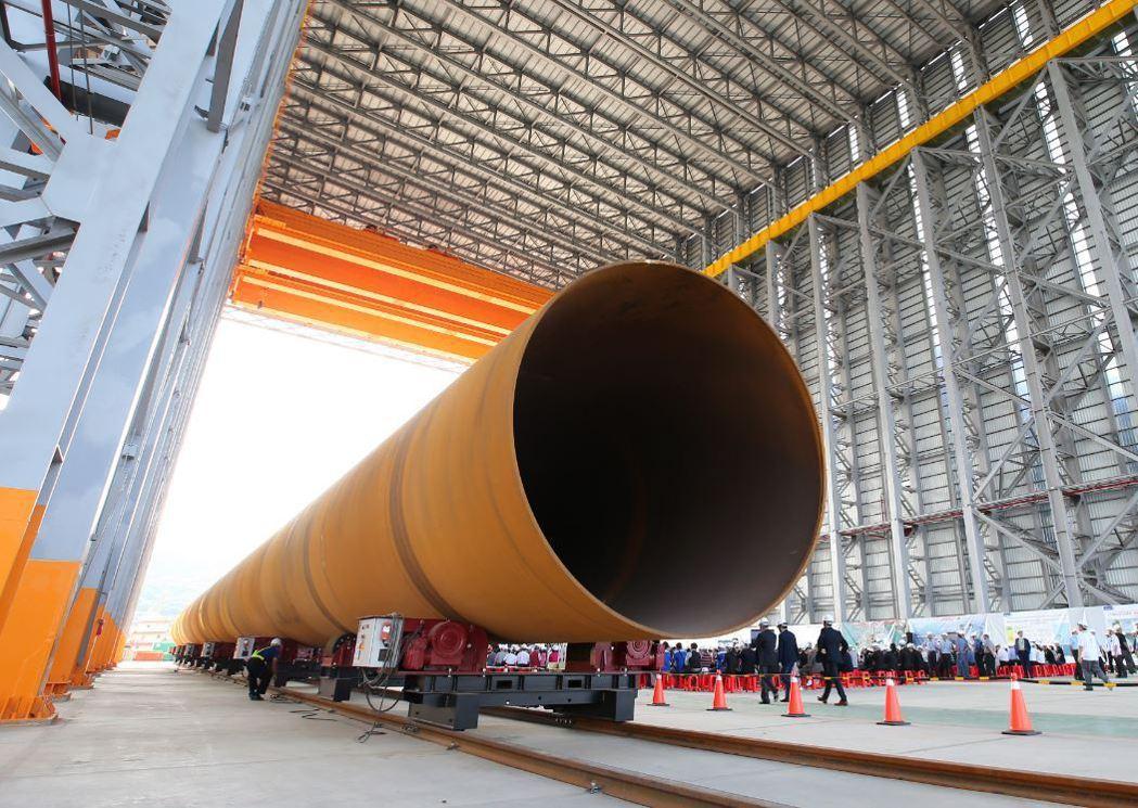 世紀鋼離岸風電水下基礎生產基地,2019年舉行基樁對接啟動儀式。 記者林澔一/攝...