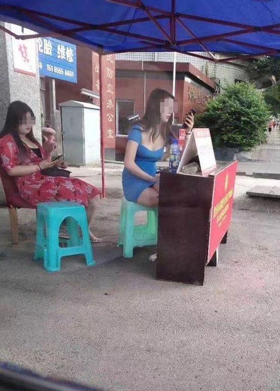 兩張女子身穿低胸衣服坐在「學雷鋒志願服務站」的照片遭瘋傳。(取材自澎湃新聞)