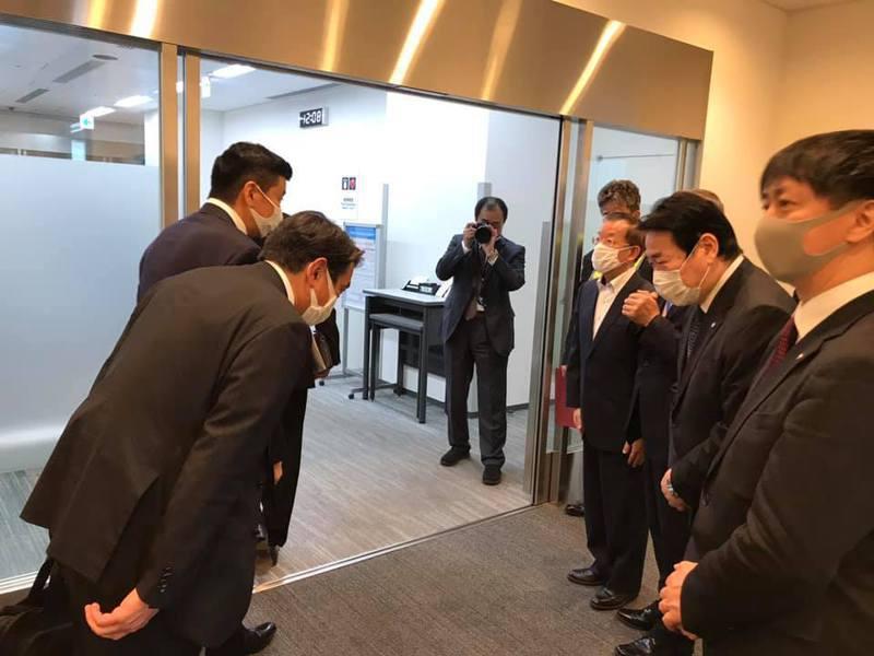 日本前首相森喜朗率團來台弔念李登輝,我駐日代表謝長廷到機場致意。圖/取自謝長廷臉書