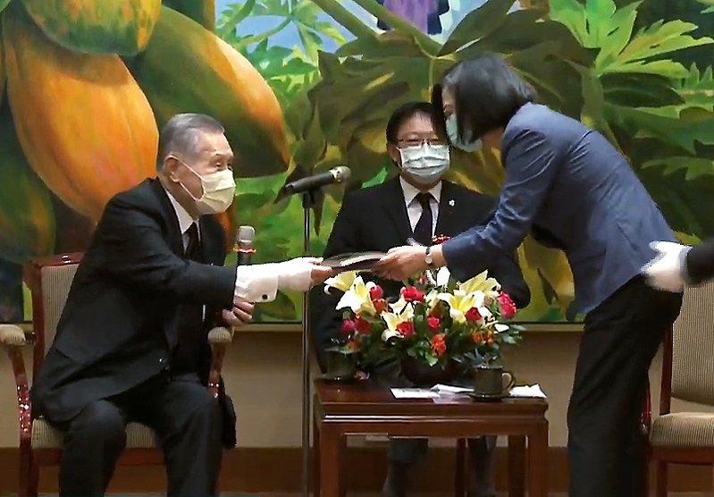 蔡英文總統(右)昨天下午接見率團抵台的日本前首相森喜朗(左),蔡英文雙手接過森喜朗的禮物。圖擷取自總統府直播