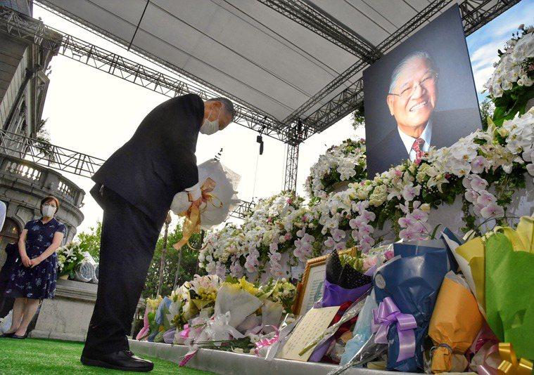 日本前首相森喜朗(前)9日率日本國會跨黨派議員來台追悼故總統李登輝。圖/中央社