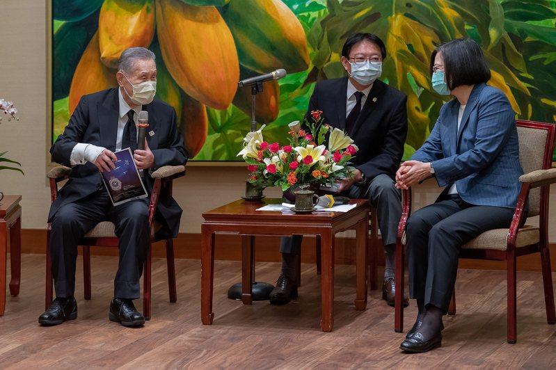 蔡總統(右一)晚間在推特以日文致謝前日本首相森喜朗(左一)率國會弔唁團一行。圖/歐新社
