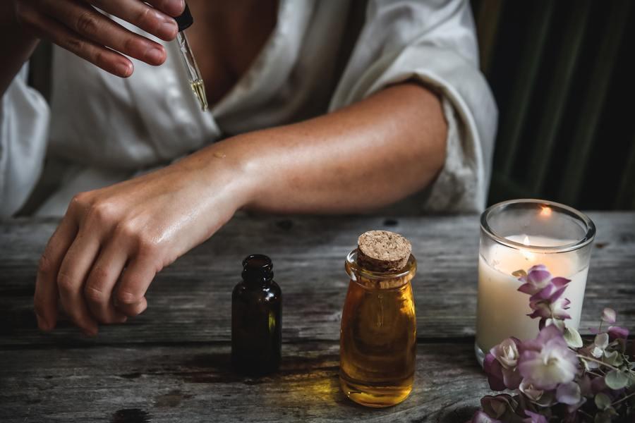 專家建議,在家工作時選擇適合的精油香氛,有助於提高工作效率。(Photo by ...