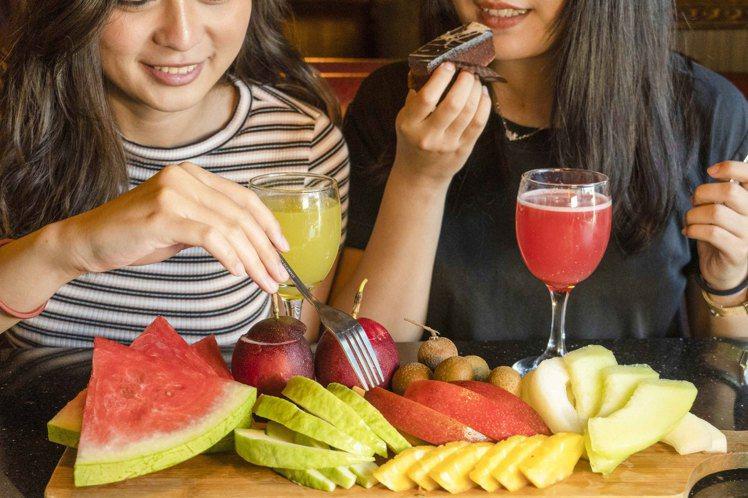 馬辣漢口店供應有8種鮮切水果。圖/馬辣提供