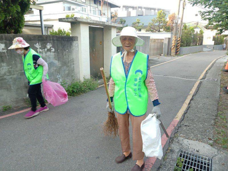 朝山里最高齡志工是97歲的曾張梅阿嬤,她從環保志工隊創立就加入,至今已達6年,期間幾乎全勤,成為志工隊精神指標被大家戲稱為「班長」。圖/新竹市政府提供