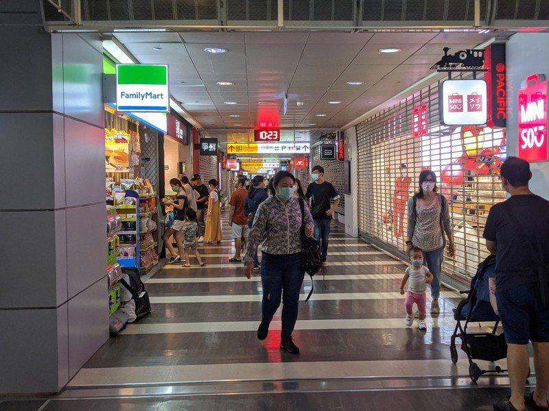 屏東火車站旁的商店街民眾幾乎都帶著口罩。記者陳弘逸/攝影