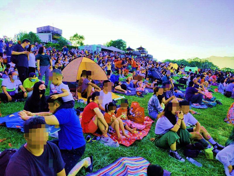 台東縣熱氣球活動從7月11日登場至今已吸客逾50萬人次,人潮爆滿,但不戴口罩的比戴的多很多(圖經變色處理)。記者羅紹平/攝影