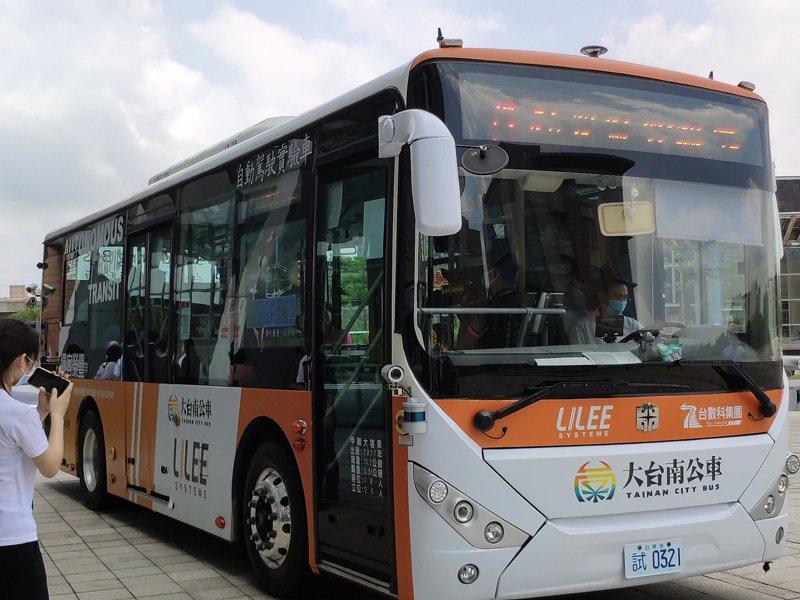 南台灣首條自駕公車南科上路,安排假日行駛,初期時速20公里。記者謝進盛/攝影