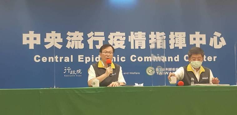中央流行疫情指揮中心記者會,由左到右中央流行疫情指揮中心發言人莊人祥 、中央流行...