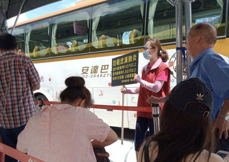 南投縣防疫宣導團到雙龍七彩吊橋踩點宣導,要民眾戴上口罩。圖/南投縣政府提供